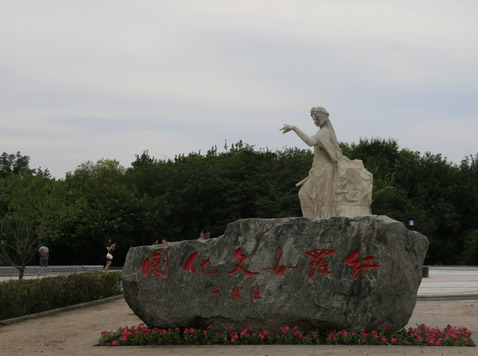 绿维读图 落地项目赏析  红罗女文化雕塑景墙位于主题轴终端,起到压轴