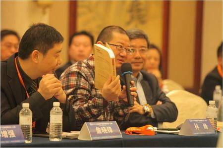 林峰院长向与会嘉宾介绍图书《旅游引导的新型城镇化》
