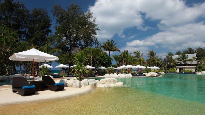 Maikhao Dream Resort隶属于Maikhao Dream集团,旗下还包括普吉岛的度假Villa,两者都是去年初才开幕的。Maikhao Dream Resort的门面运用很多泰国当地的元素,木作佛像装饰,雕工细致却又十分气派,大量玩弄黑色与金色元素,更透露出低调奢华的本质,让人一进门便可感受到十足气势。造型上也是走泰国传统的三角型屋顶构造,刻意挑高的设计,一点不觉炎热。